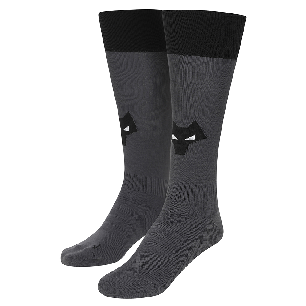 2021-22 Wolves Away Sock - AdultBe Part Of the Pack, with the 2021-22 Wolves Away Sock and show your pride on the streets and in the standFeaturing a Wolves head incorporated into front and centre of the sock, to show prominently on and off field.Polyamide 98%Elastane 2%