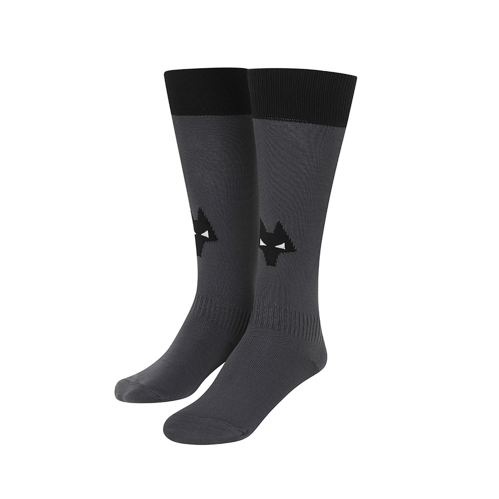 2021-22 Wolves Away Sock - JuniorBe Part Of the Pack, with the 2021-22 Wolves Away Junior Sock and show your pride on the streets and in the standFeaturing a Wolves head incorporated into front and centre of the sock, to show prominently on and off field.Polyamide 98%Elastane 2%